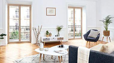 La fenêtre en bois connaît un regain d'intérêt. Noble et chaleureuse, la menuiserie en bois est idéale pour donner du caractère et de l'authenticité à votre intérieur, de l'appartement haussmannien à la maison d'architecte.
